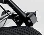 Άνω άγκιστρα με κυμαινόμενο σύστημα αυτόματα ρυθμιζόμενο ανάλογα με την κλίση της αναπηρικής καρέκλας να εξασφαλίζεται η μέγιστη σταθερότητα.
